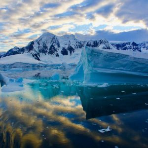 © Aurora-Expeditions-Surrounds-MIKE-BROERMANN